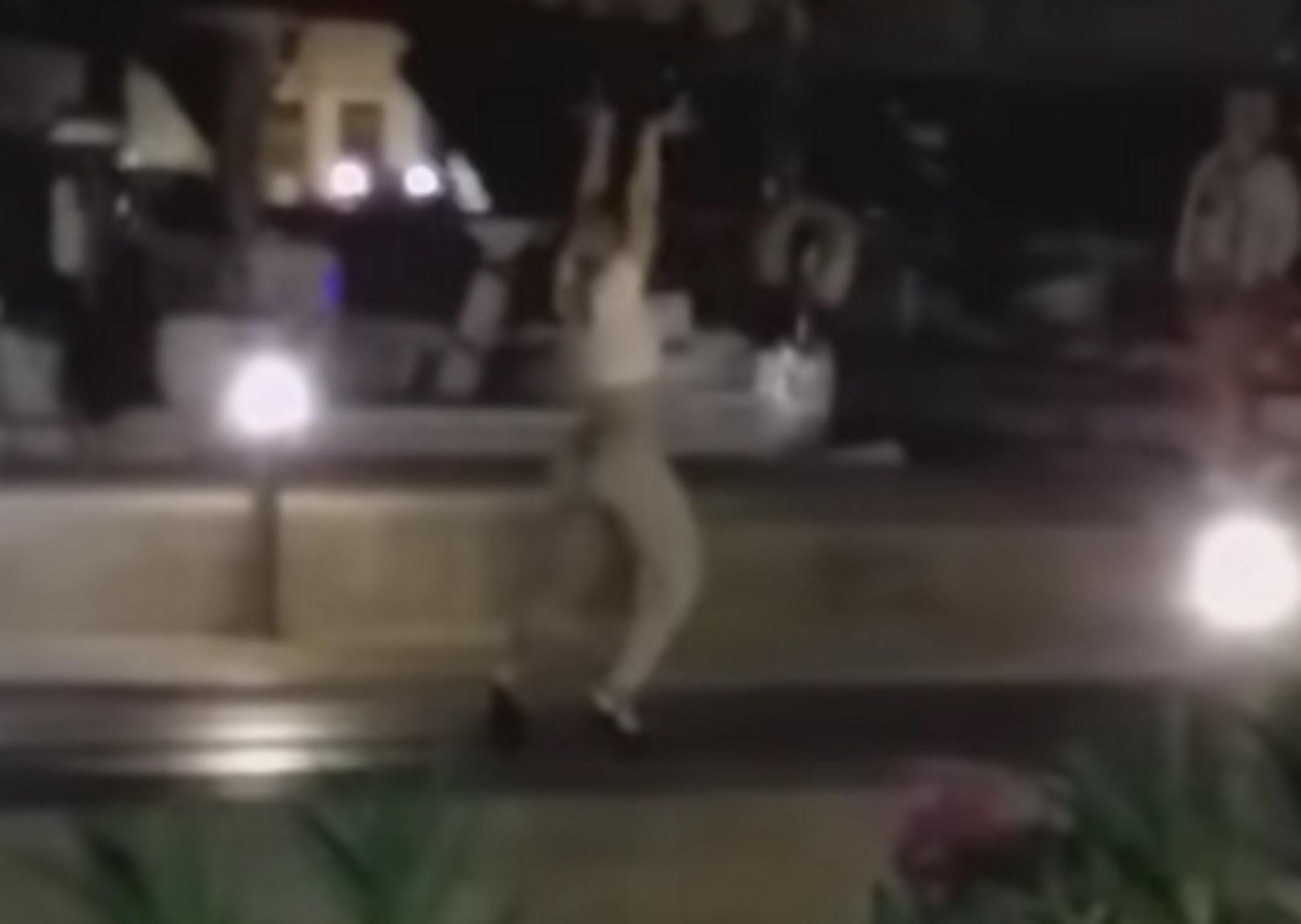 Σύρος: Βγήκε από το κότερο με ψηλοτάκουνα και χάρισε θέαμα – Αισθησιακός χορός στη μέση του δρόμου – video