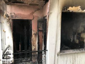 Θεσσαλονίκη: Φωτιά σε διαμέρισμα από αναμμένα κεριά – Βγήκε τρέχοντας ο νεαρός που ήταν μέσα – video