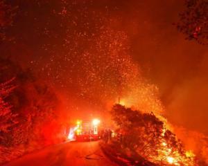 Εκκενώνονται περιοχές στη Σάντα Μπάρμπαρα που φλέγεται!