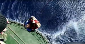 Καρέ – καρέ η διακομιδή ασθενούς από πλοίο του Ρωσικού Πολεμικού Ναυτικού στα ανοικτά της Γαύδου