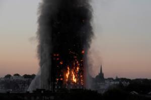 Γκρένφελ: Τσέπωσε χιλιάδες λίρες παριστάνοντας το θύμα της φωτιάς στον ουρανοξύστη! video