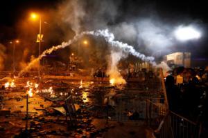 Χονγκ Κονγκ: Με πραγματικές σφαίρες απειλεί τους διαδηλωτές η αστυνομία!