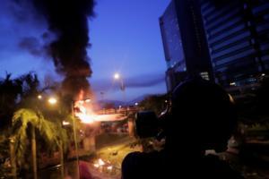 Χονγκ Κονγκ – Πολυτεχνείο: Αστυνομικές δυνάμεις πολιορκούν εκατοντάδες έγκλειστους διαδηλωτές!
