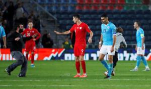 Προκριματικά Euro 2020: Οπαδός του Ισραήλ έκανε τάκλιν σε παίκτη της Πολωνίας! video