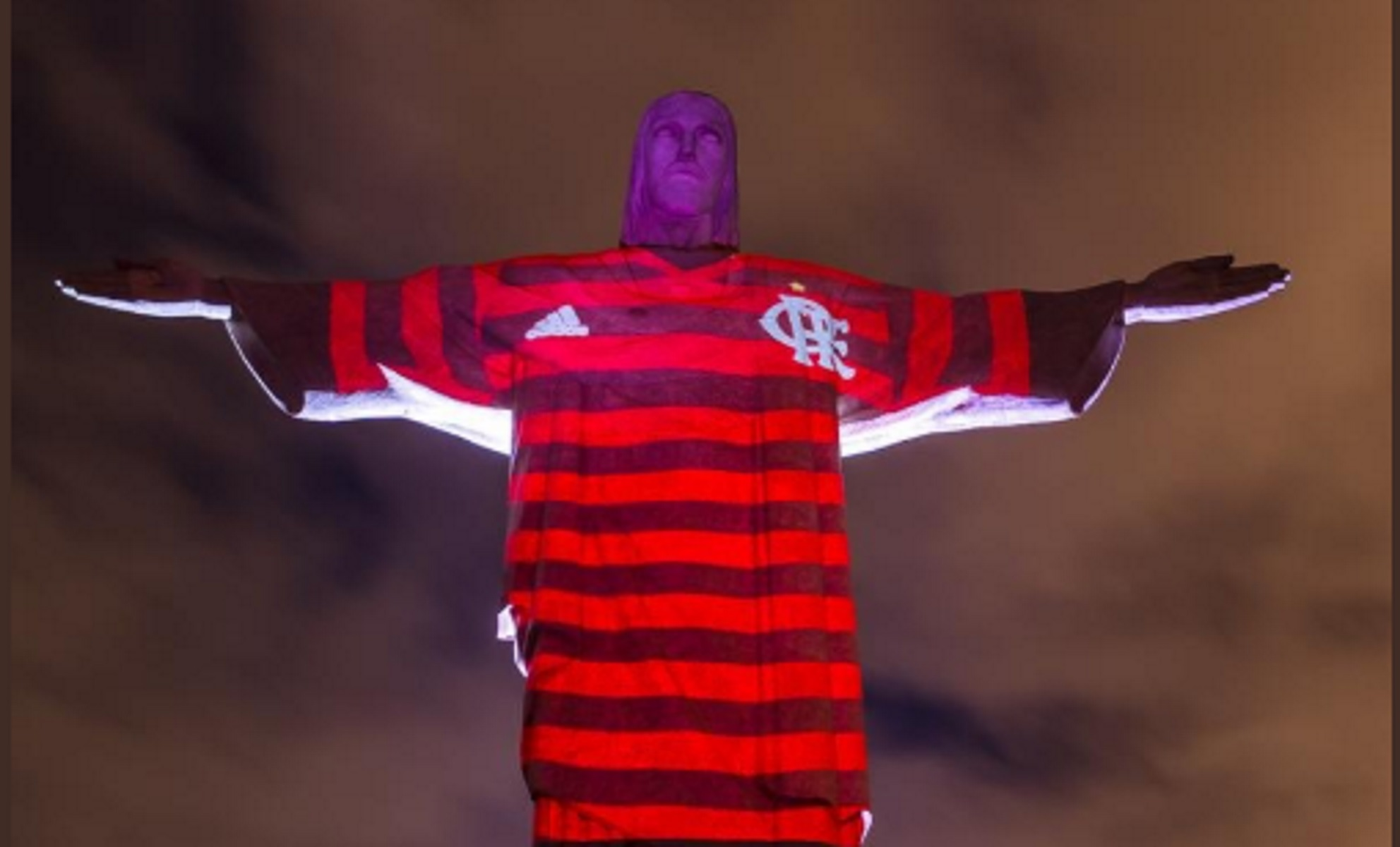 """Θεϊκό! """"Φόρεσαν"""" στο άγαλμα του Ιησού στο Ρίο φανέλα της Φλαμένγκο! [pics]"""