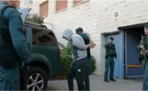 """Κόκε: Video από την επιχείρηση της αστυνομίας! """"Θησαυρός"""" με χασίς και όπλα"""