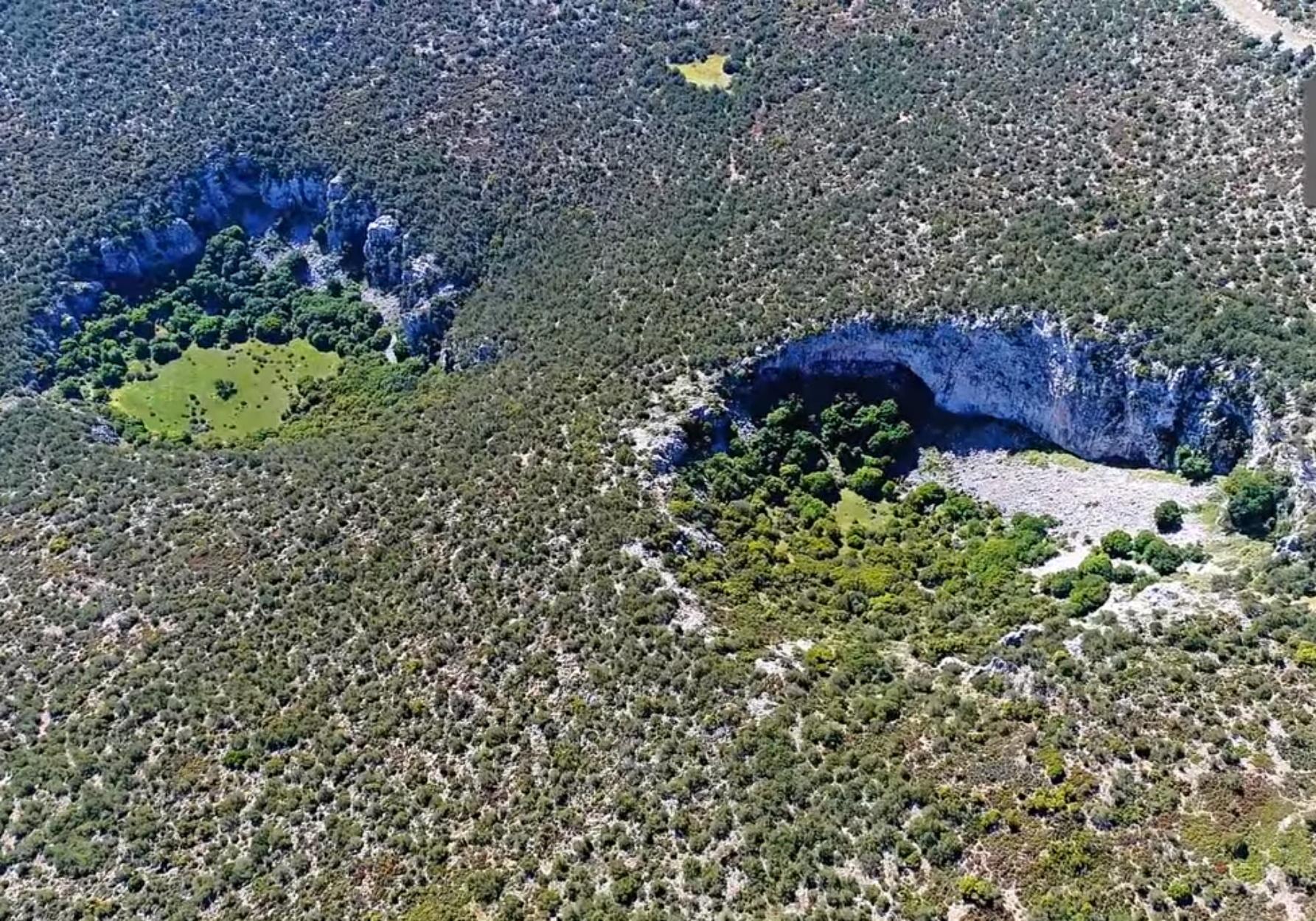Απίστευτες εικόνες με δύο μυστηριώδεις γιγάντιους κρατήρες στην Αργολίδα