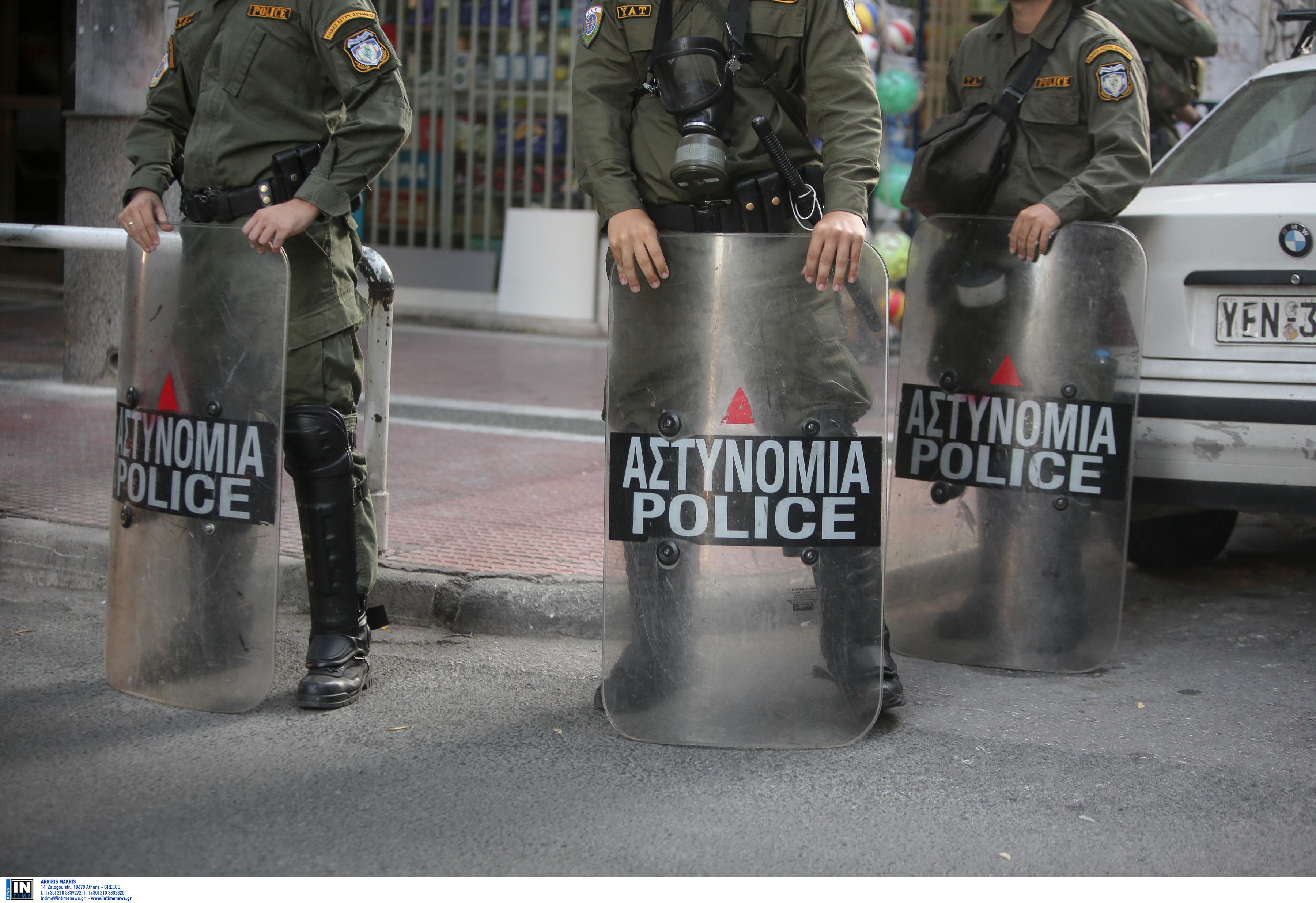 Ηθοποιός καταγγέλλει απρόκλητη επίθεση από άνδρες των ΜΑΤ έξω από τα γραφεία του ΠΑΣΟΚ