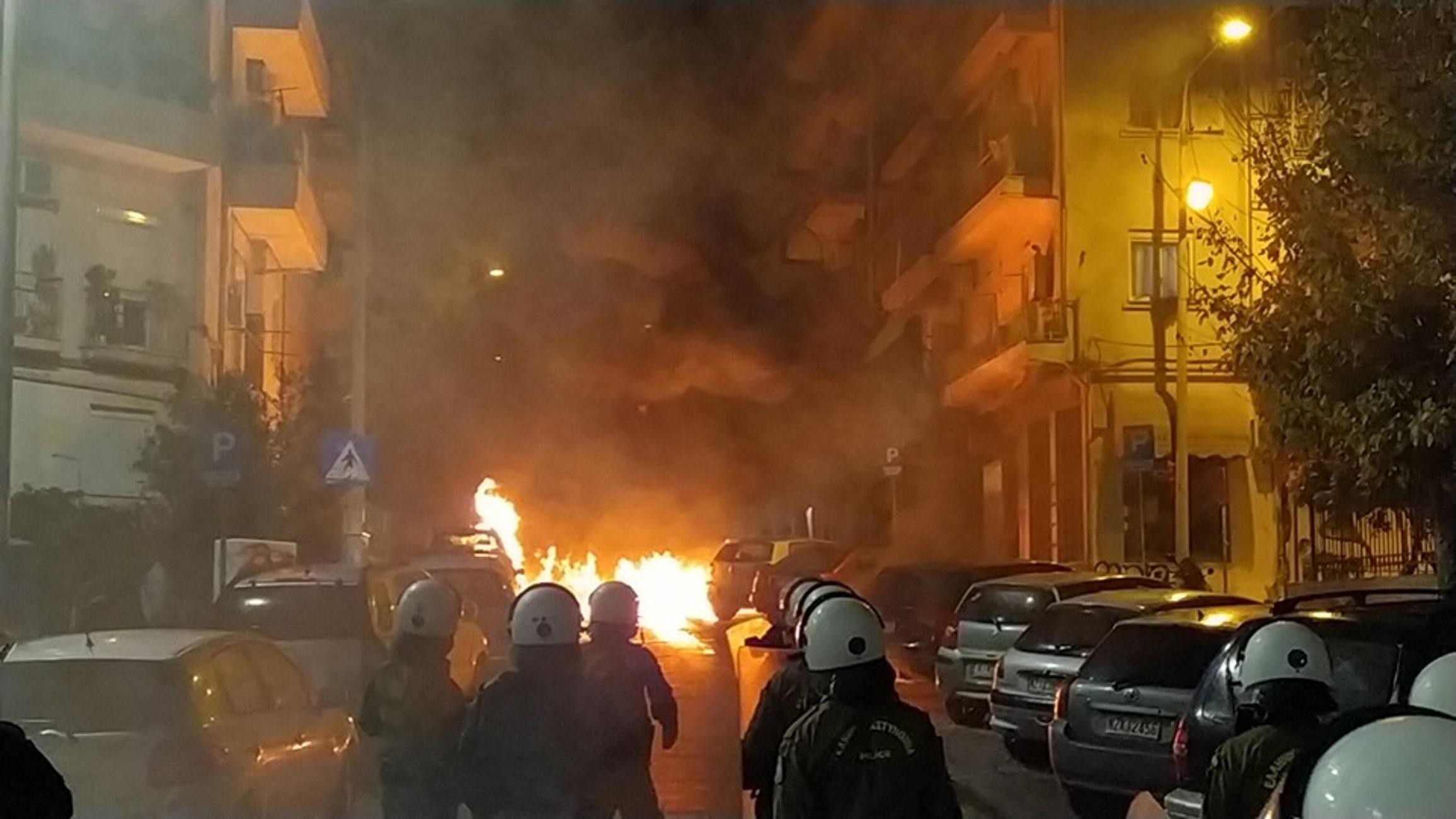 Θεσσαλονίκη: Επεισόδια μετά το τέλος της πορείας – Κάηκαν αυτοκίνητα από μολότοφ – video