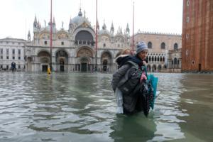 Ιταλία: Σαρώνεται από κύμα κακοκαιρίας – Κάτω από το νερό η Βενετία! video