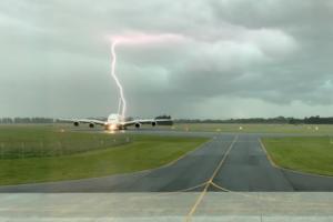 Η στιγμή που κεραυνός «σκάει» δίπλα από ένα Α380!