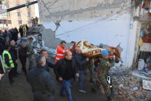 Σεισμός – Αλβανία: Ξέσπασαν σε κλάματα όταν διέσωσαν άνδρα από τα ερείπια