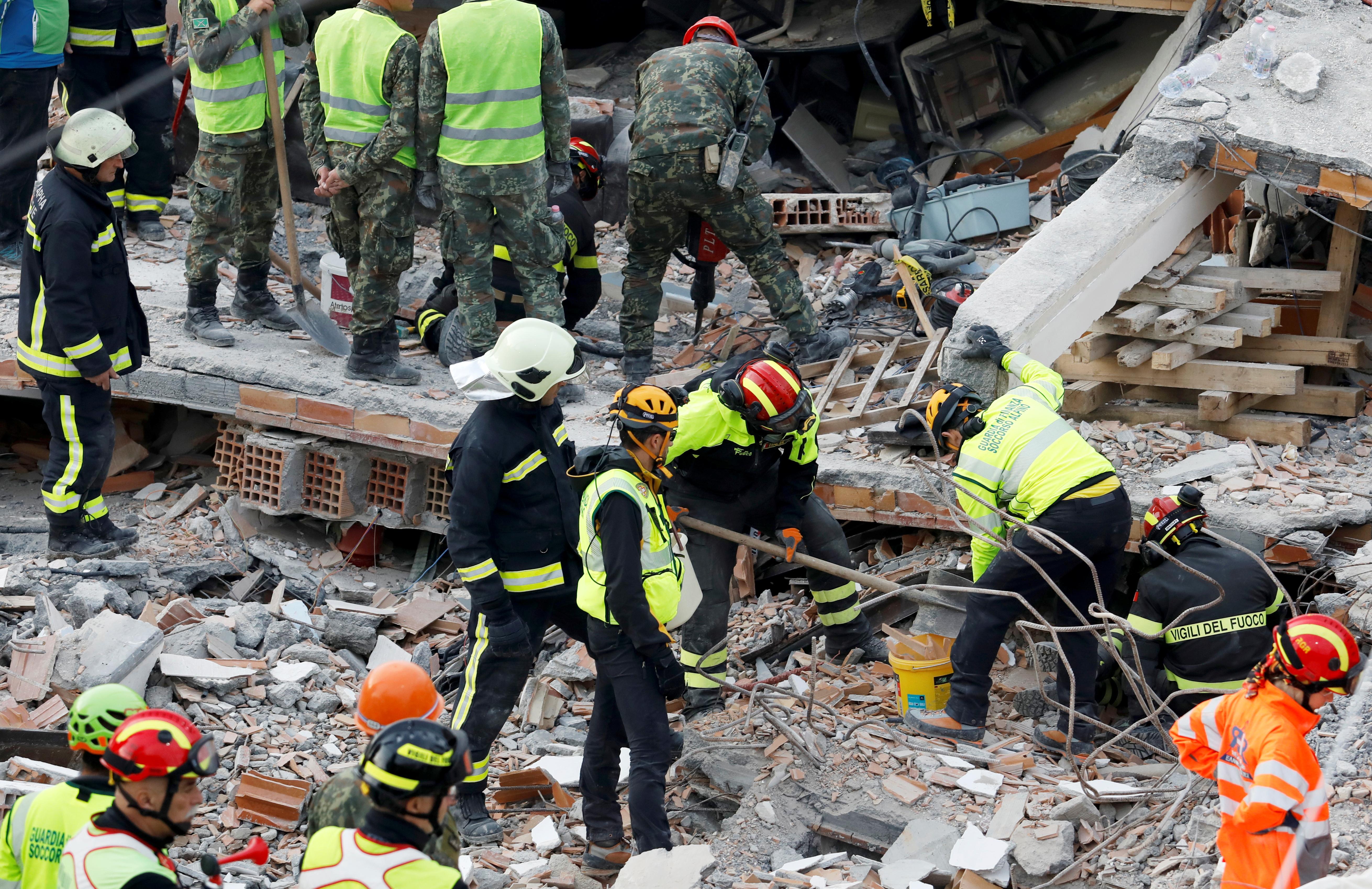 Σεισμός 5,3 ρίχτερ έσπειρε τον πανικό στην Αλβανία - Η στιγμή της κατάρρευσης ενός τετραώροφου κτιρίου!