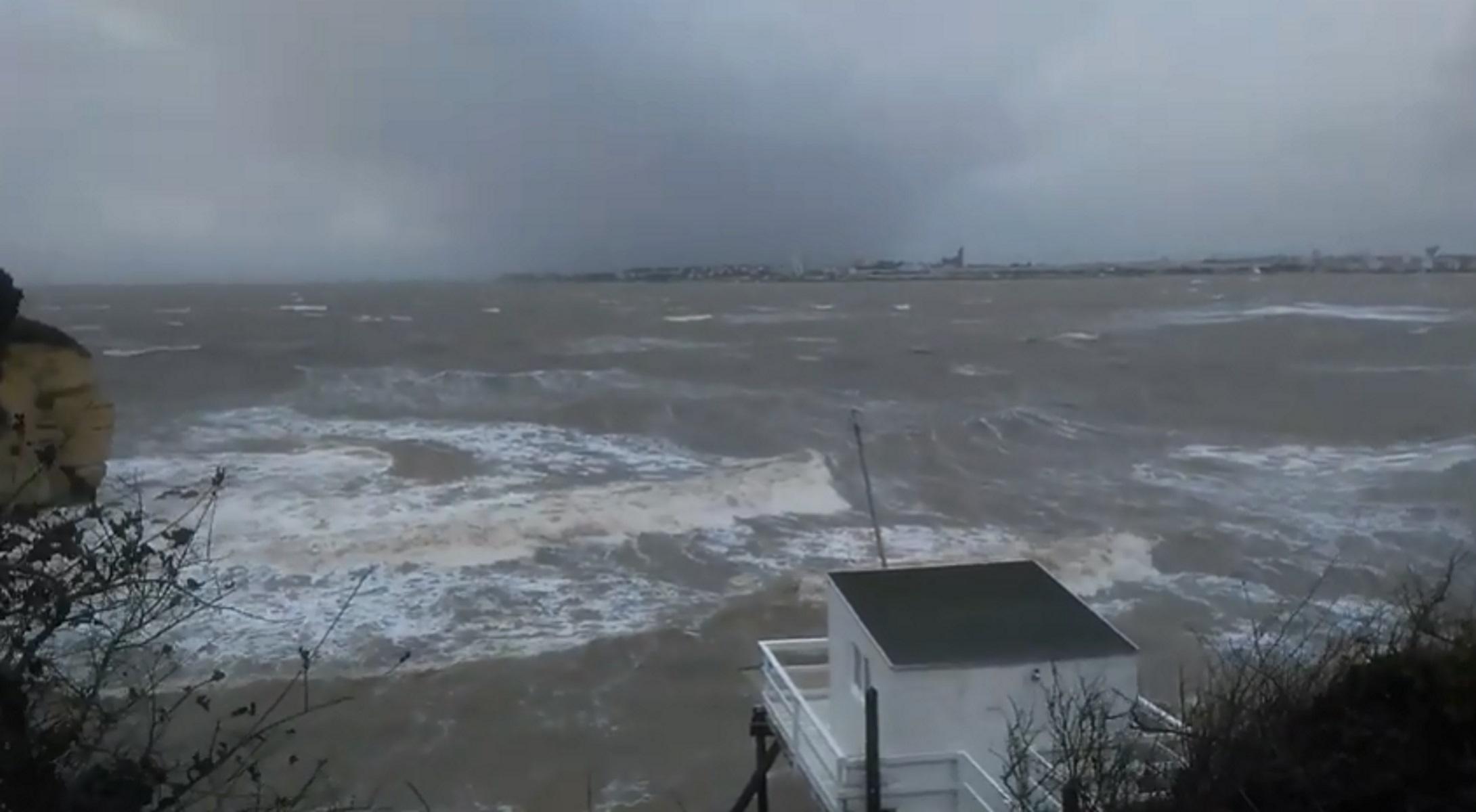 Η καταιγίδα Αμελί σαρώνει τη νοτιοανατολική Γαλλία - Χωρίς ρεύμα 140.000 νοικοκυριά - Video
