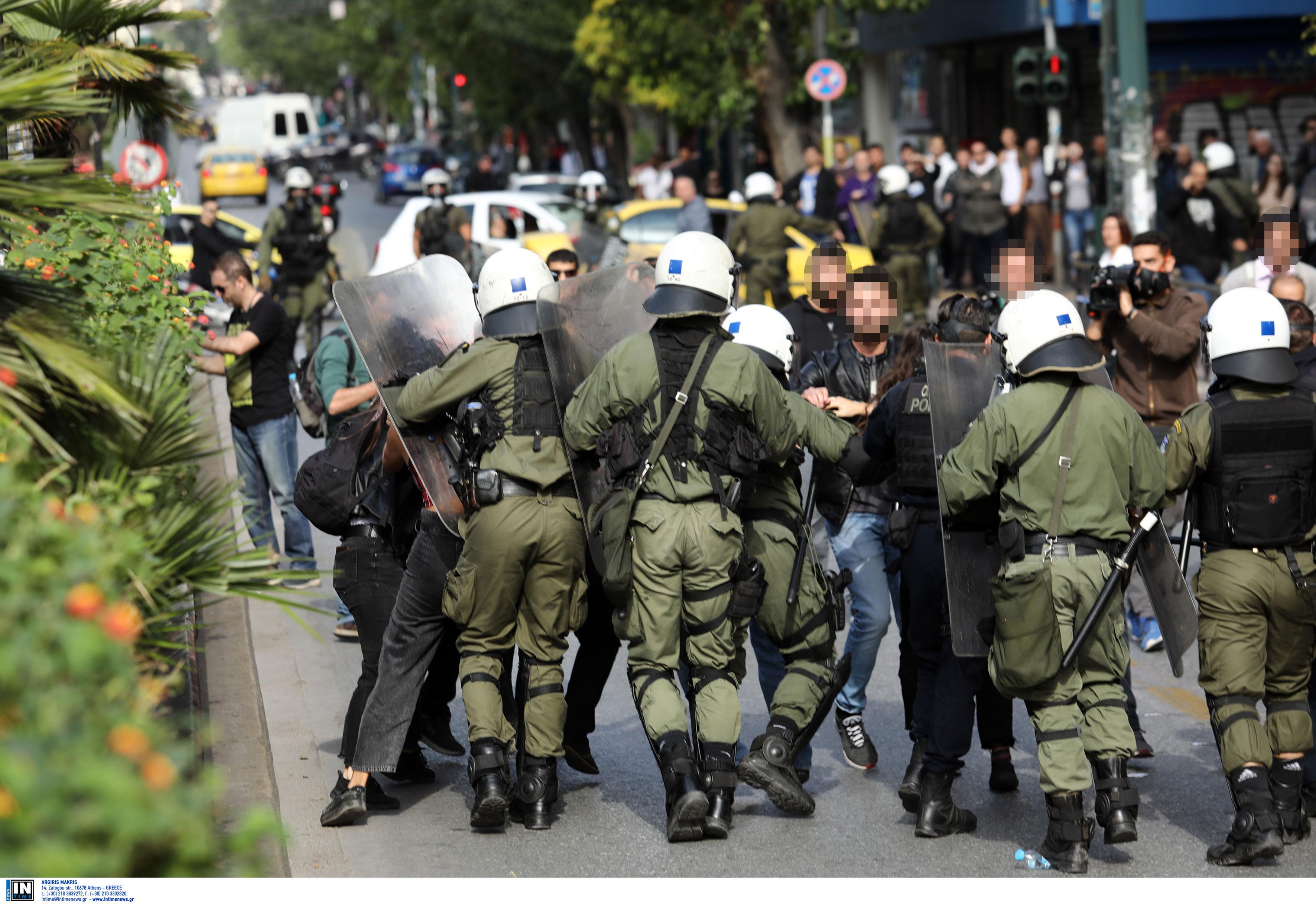 Ελεύθερος ο φοιτητής που συνελήφθη στην ΑΣΟΕΕ - Ζητά να καταθέσει ο αστυνομικός που τον συνέλαβε