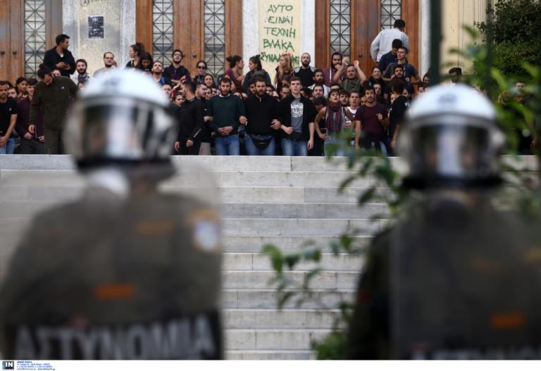 Κυβέρνηση κατά ΣΥΡΙΖΑ: «Γυρνάει στο 3% και γίνεται ένα με τους μπαχαλάκηδες»