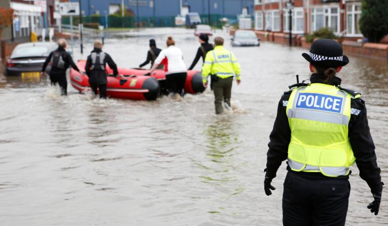 Κατακλυσμός και πλημμύρες στη Βρετανία! Εκκενώνονται σπίτια – ένας νεκρός!