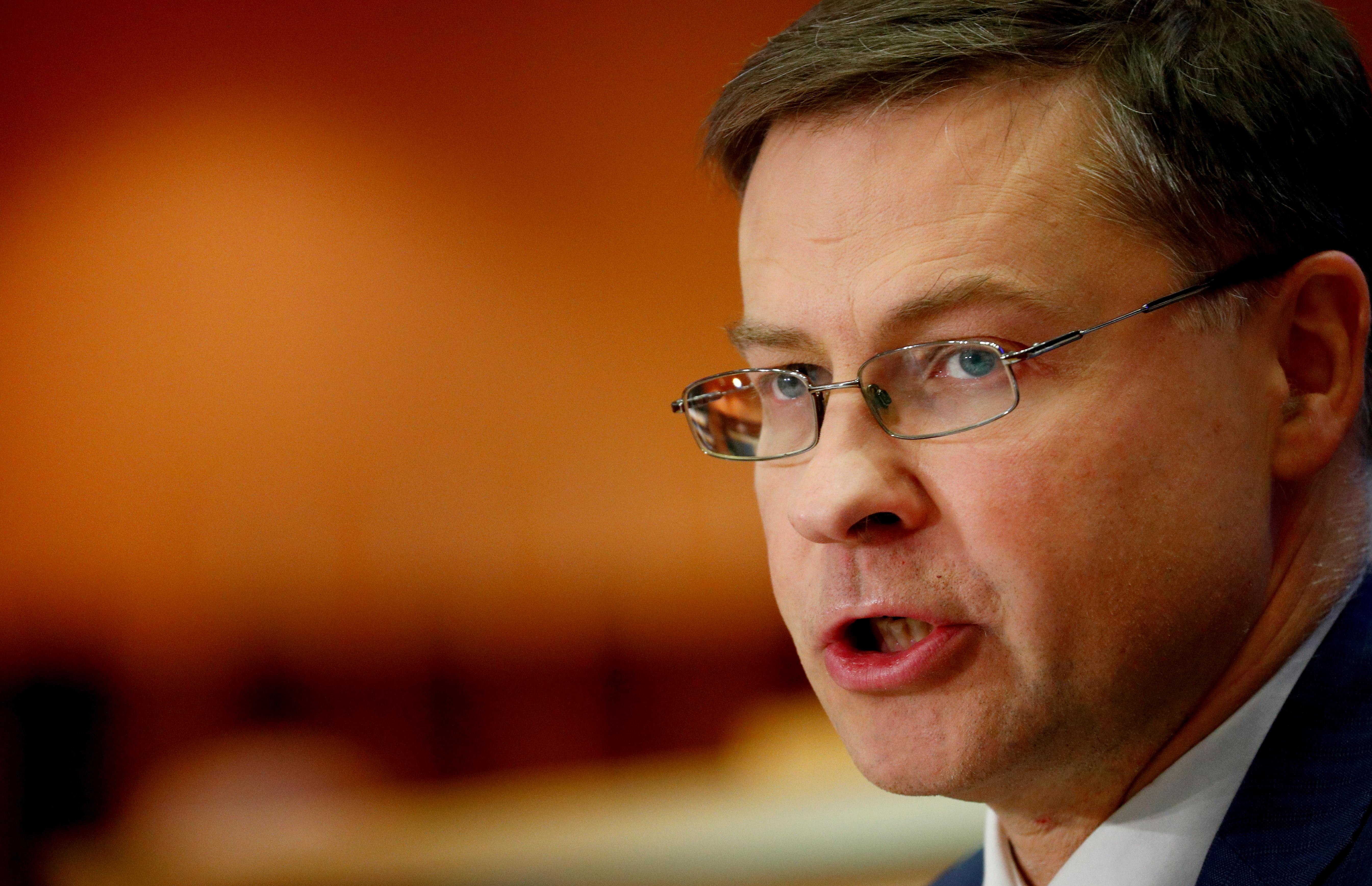 Άνοιξε… δρόμο για μείωση των στόχων του πρωτογενούς πλεονάσματος ο Ντομπρόβσκις
