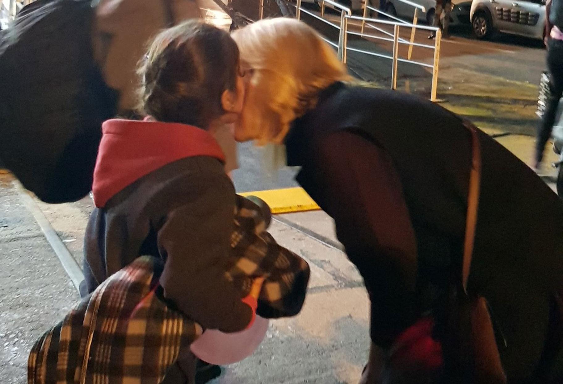 Ξημερώματα στον Πειραιά για να υποδεχτεί τους πρόσφυγες η Ρένα Δούρου