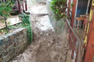 Κρήτη: Η στιγμή που χείμαρρος περνάει μέσα από ταβέρνα – Κόντεψαν να πνιγούν στην πρώτη δυνατή βροχή – video