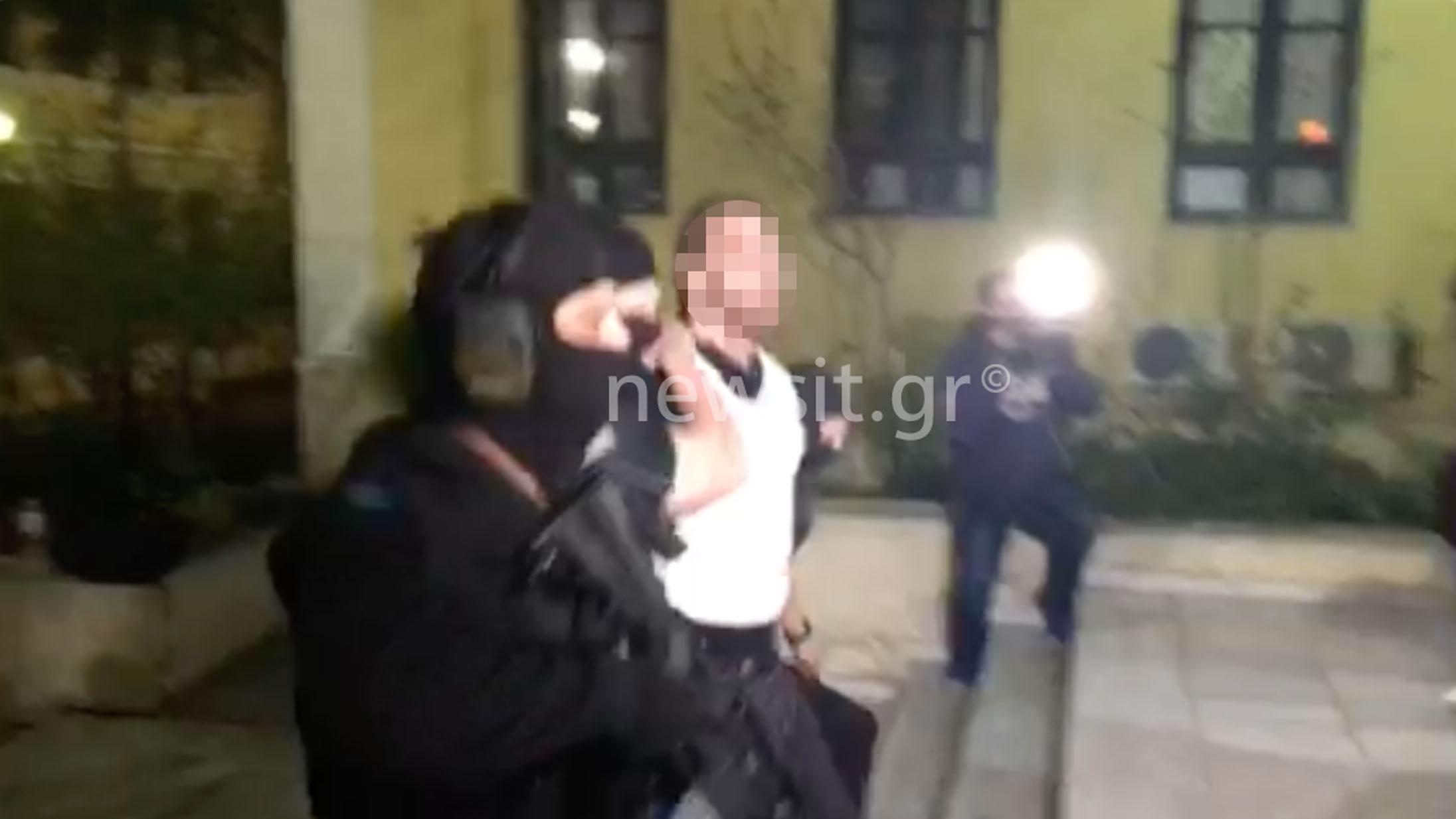 Στον εισαγγελέα με ύβρεις οι δυο συλληφθέντες για την Επαναστατική Αυτοάμυνα – Έβριζαν και κλωτσούσαν – Πως έφτασε στα ίχνη τους η Αντιτρομοκρατική