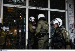 Πολυτεχνείο: Ένταση στην Ευελπίδων κατά την προσαγωγή των 32 συλληφθέντων