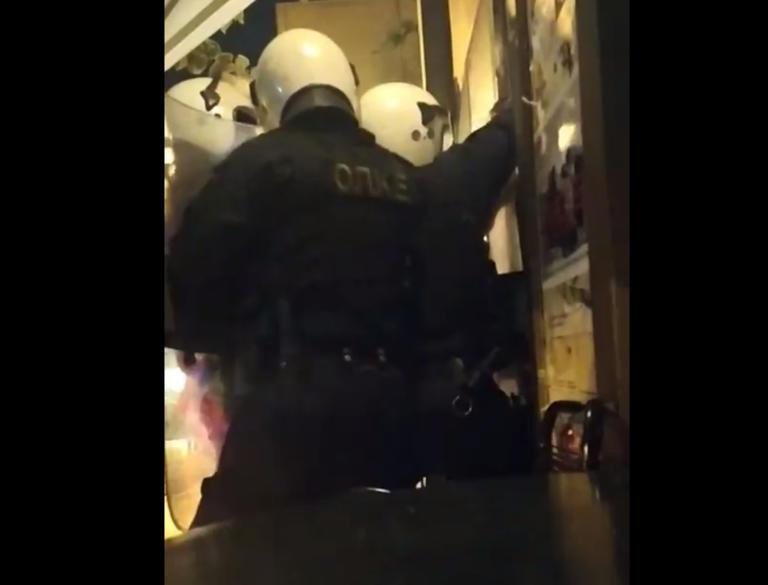 Εξάρχεια: Πολιορκία αστυνομικών σε καφενείο για να κάνουν συλλήψεις!