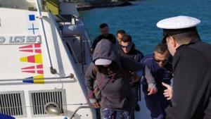 Φολέγανδρος: Αυτή είναι η 45χρονη που επέζησε μόνη και αβοήθητη στο Αιγαίο – Επί δύο μέρες πάνω σε ένα μικρό βαρκάκι [pics]