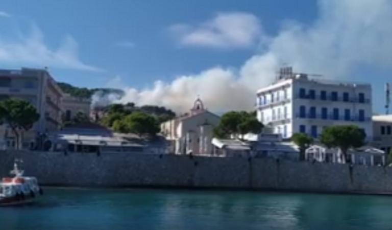 Φωτιά τώρα στις Σπέτσες: Οι πρώτες εικόνες – Οι φλόγες κοντά στα πρώτα σπίτια – video