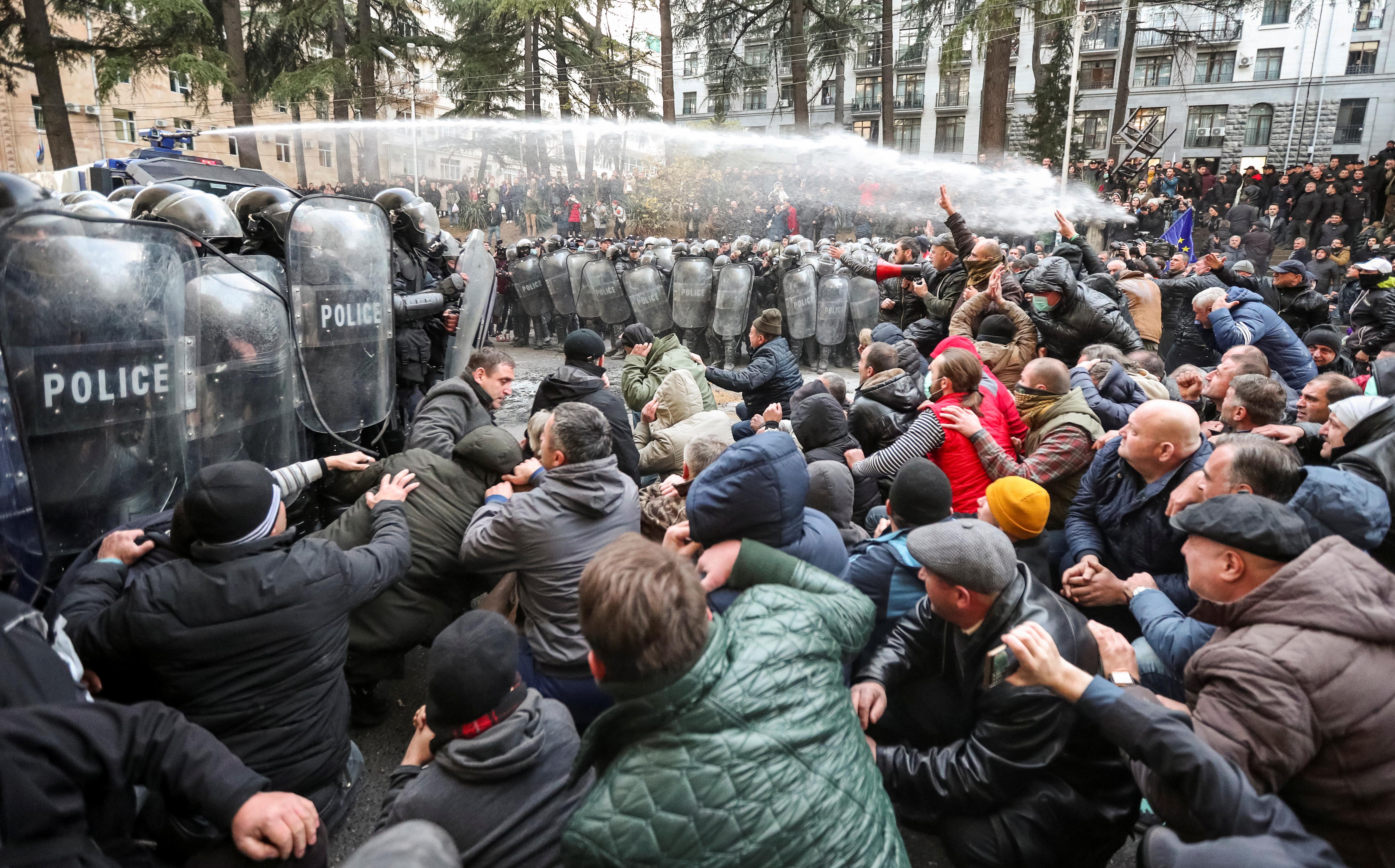 Γεωργία: Με δακρυγόνα και νερό προσπάθησαν να απωθήσουν τους διαδηλωτές