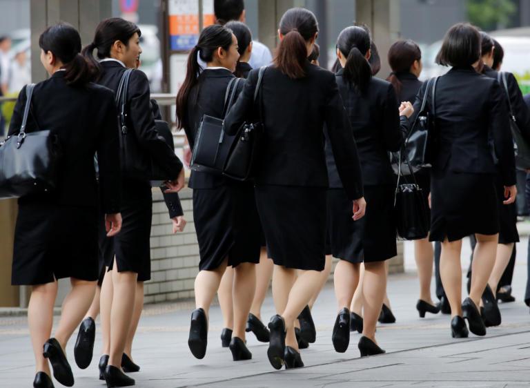 Ιαπωνία: Μάχονται για να… φοράνε γυαλιά στην δουλειά οι γυναίκες!