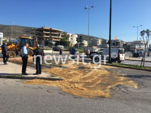 Ατύχημα με φορτηγό στη λεωφόρο Βουλιαγμένης στη Γλυφάδα! Γέμισε ο δρόμος ελαιόλαδο