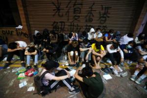 Χονγκ Κονγκ: Ταμπουρωμένοι στο Πολυτεχνείο παραμένουν ακόμα 100 διαδηλωτές