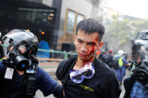 """Χονγκ Κονγκ: Η αστυνομία εγκλώβισε διαδηλωτές στην Πολυτεχνική Σχολή και έκανε """"ντου"""""""