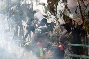 Χονγκ Κονγκ: Διέφυγαν δεκάδες διαδηλωτές από το… υπό πολιορκία Πολυτεχνείο!