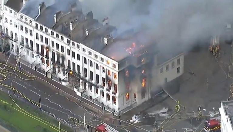 Συναγερμός στη Βρετανία: Ξενοδοχείο τυλίχθηκε στις φλόγες