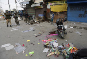 Ινδία: Ένας νεκρός και δεκάδες τραυματίες από επίθεση με βομβίδα