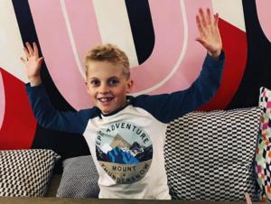 Τζο, εννιά ετών: «Μουτζούρωνε» στην τάξη, τώρα… διακοσμεί εστιατόριο! video