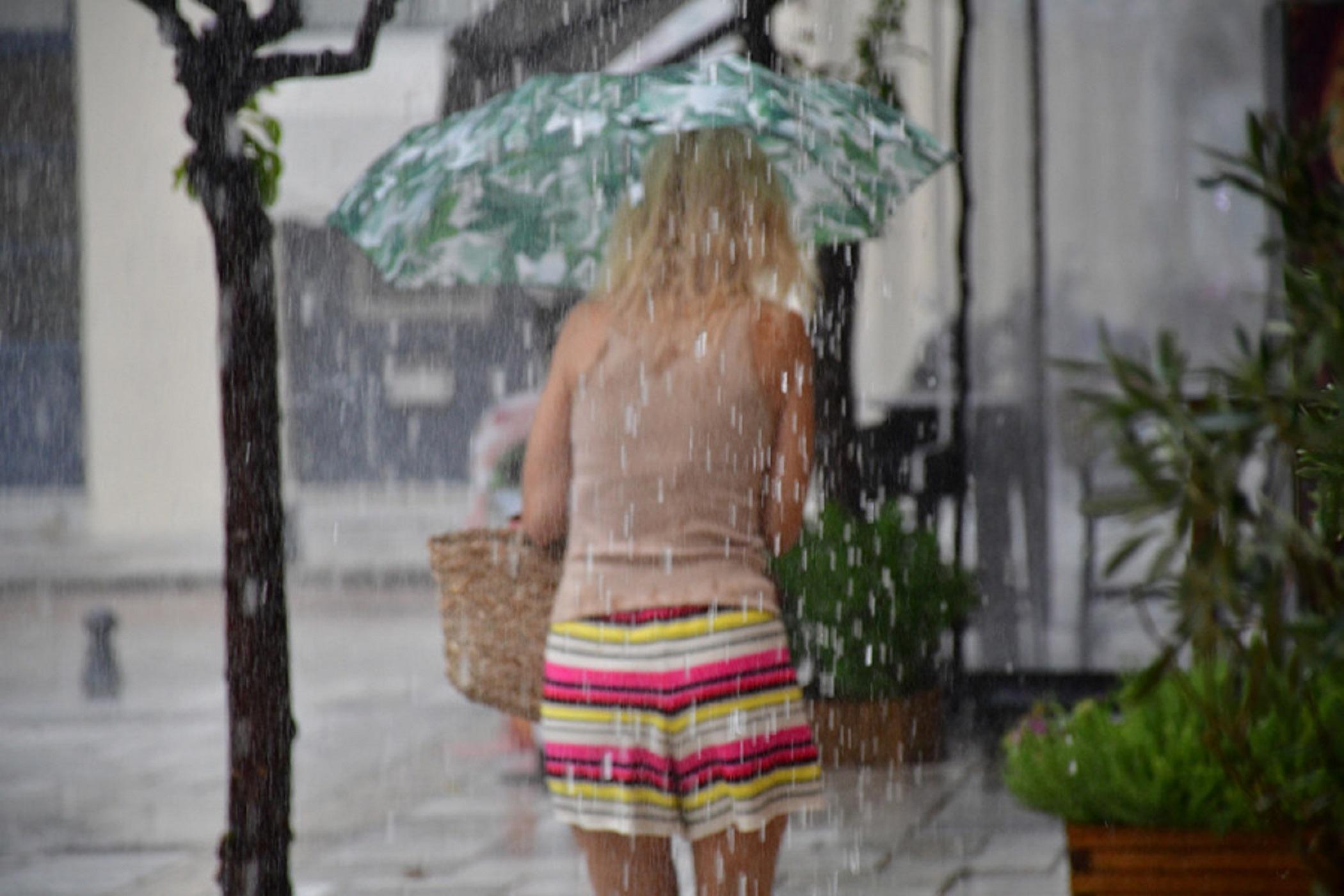 """Καιρός αύριο: Η """"Θάλεια"""" φεύγει, οι καταιγίδες όχι"""