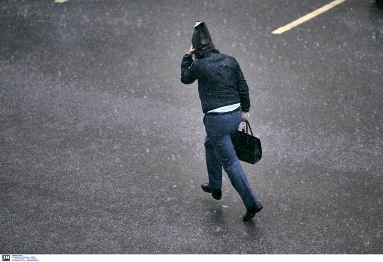 Ο καιρός «δείχνει τα δόντια» του: Έρχονται καταιγίδες, «τσουχτερό» κρύο και χιόνια (pics)