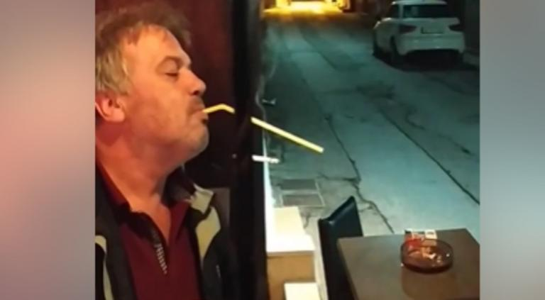 Σέρρες: Βρήκε τρόπο να καπνίζει μέσα στην καφετέρια χωρίς να κινδυνεύει με πρόστιμο – Η απίστευτη πατέντα – video