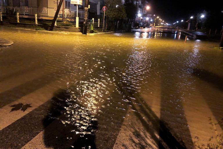 Καιρός – Γηρυόνης: «Φούσκωσε» η θάλασσα στην Κατερίνη! Εντολή εκκένωσης σπιτιών