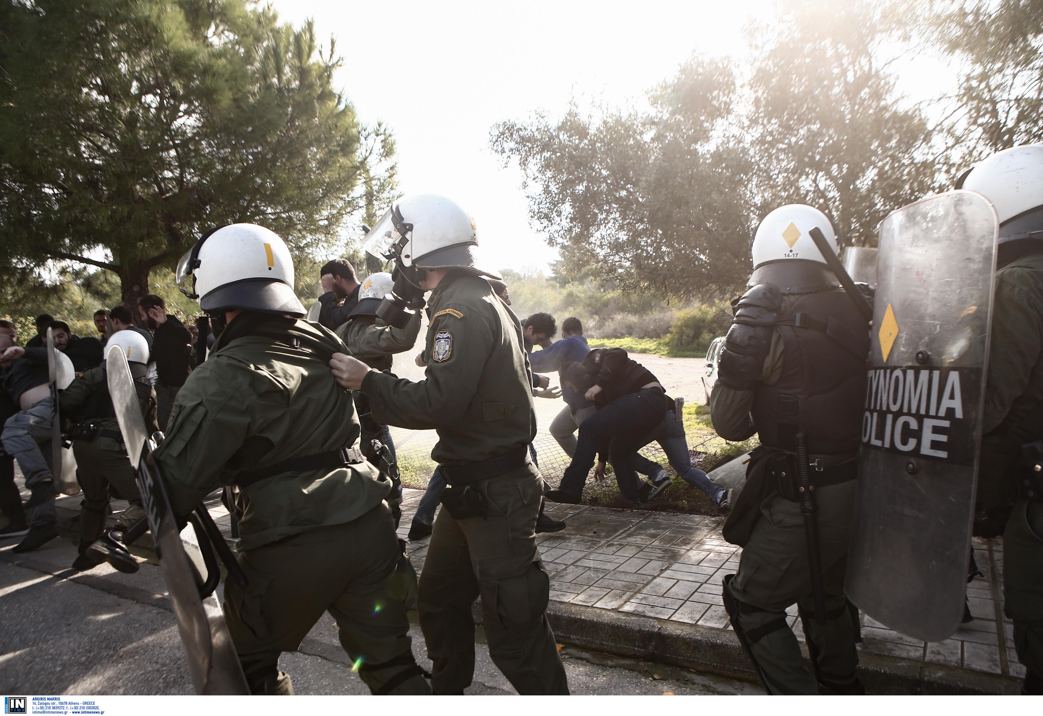 Επεισόδια στο Καβούρι - Συγκρούσεις των ΜΑΤ με φοιτητές - Άνοιξε η Ποσειδώνος