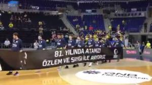 Χαμός στην Τουρκία με Σλούκα! Η αντίδρασή του στο πανό του Κεμάλ – video