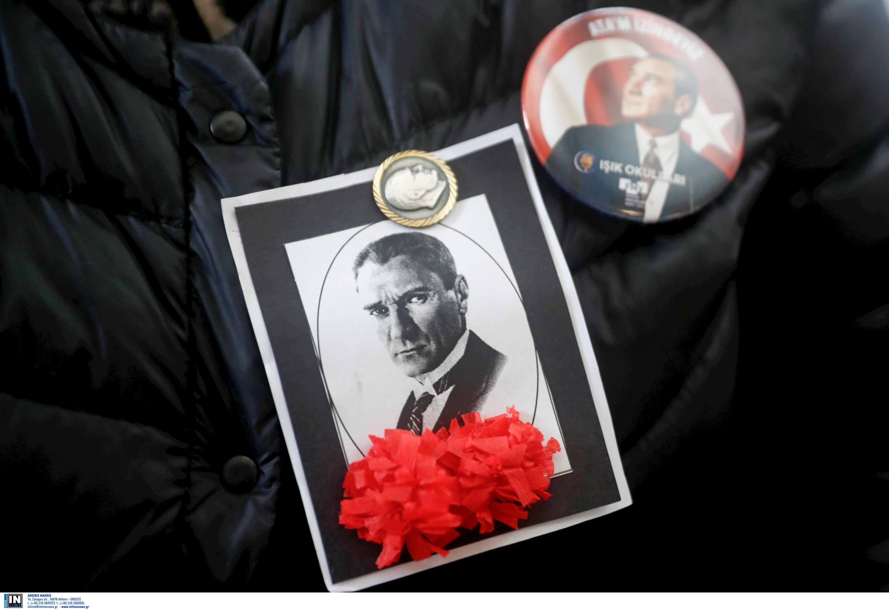 Κρέμασαν στον Ατατούρκ πλακάτ που έγραφε «Είμαι ένοχος για εγκλήματα κατά της ανθρωπότητας» (pic)