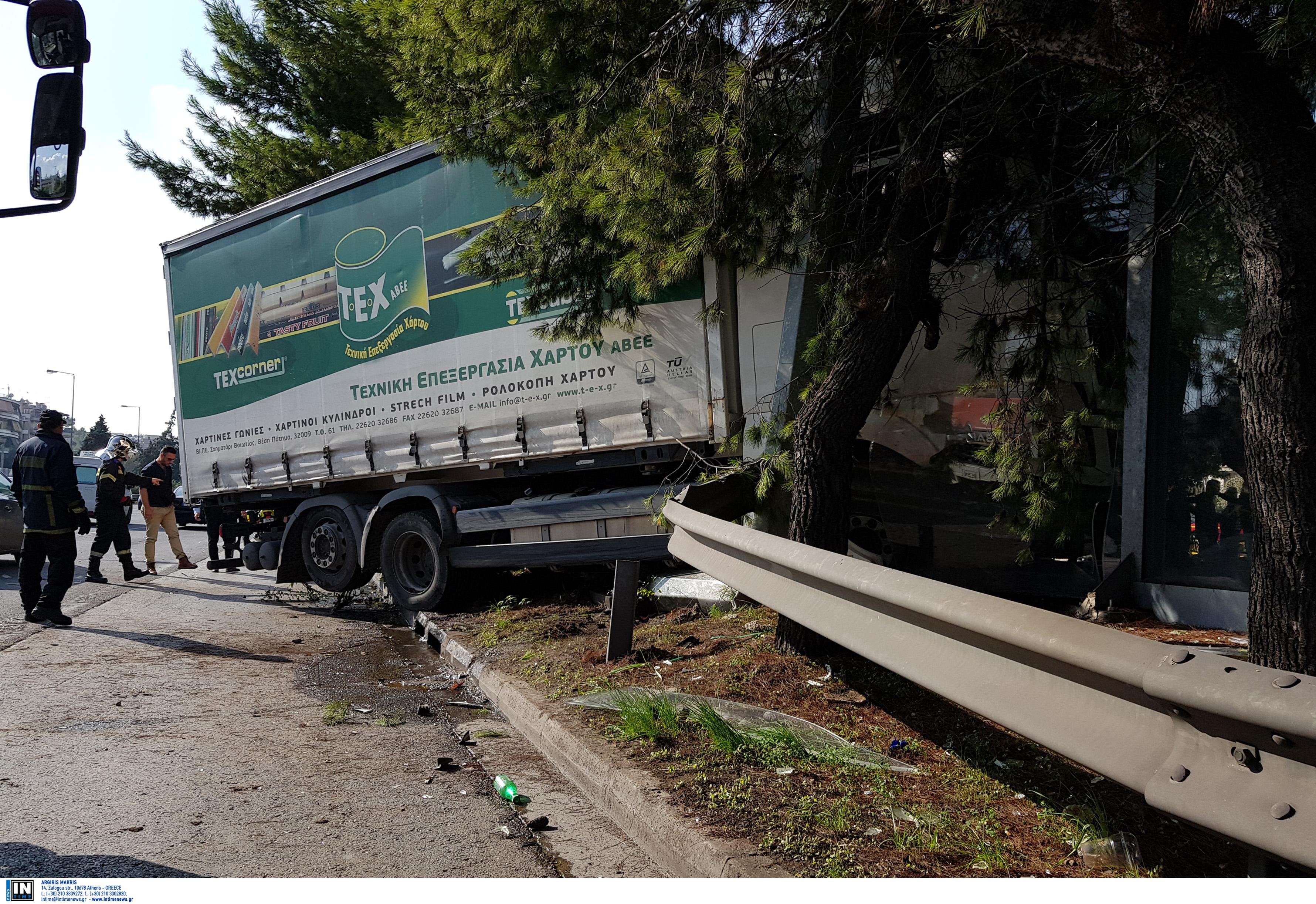 Κηφισός: Εικόνες σοκ μετά το τροχαίο με φορτηγό