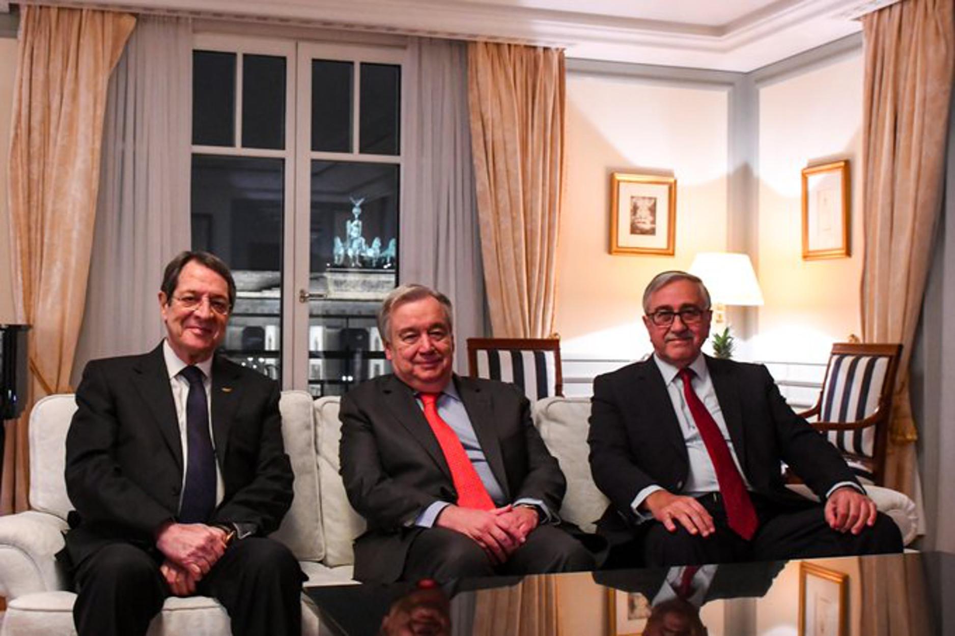 """Κυπριακό: Ναι μεν... αλλά στο Βερολίνο - ΑΟΖ και Αμμόχωστος """"αγκάθια"""" για τις διαπραγματεύσεις"""