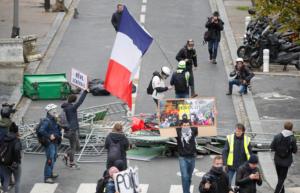 """Πάνω από 120 συλλήψεις στα επεισόδια με τα """"κίτρινα γιλέκα"""" στο Παρίσι [Pics]"""