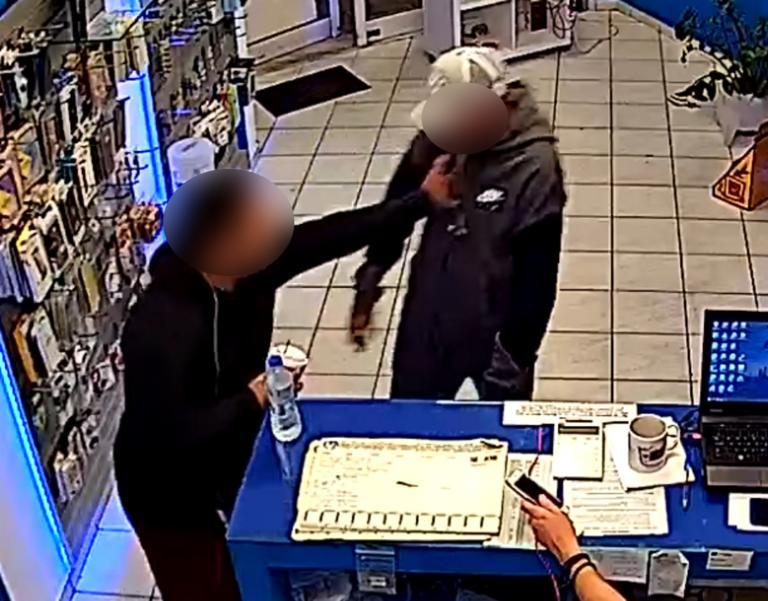 Θεσσαλονίκη: Ο τσακωμός στο κατάστημα ήταν fake – Αμέσως μετά μπαίνει μέσα η γυναίκα κλειδί – video