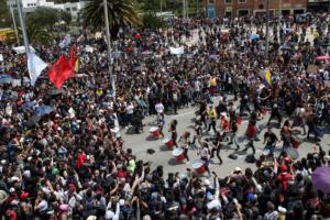 """Κολομβία: """"Έκρηξη"""" με 1 εκατ. διαδηλωτές – Αρνείται τον διάλογο ο Ντούκε [pics]"""